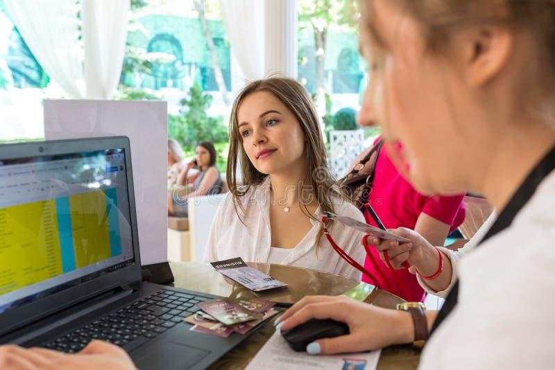 Chisinau, republika Moldova, Maj - 03, 2018: Praca i biznes Para koledzy pracuje przy projektem na laptopie zdjęcia stock