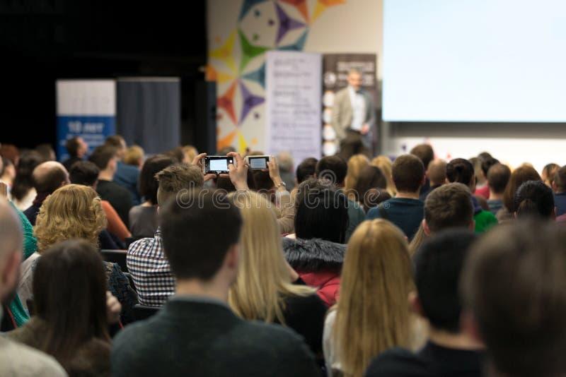 Chisinau, republika Moldova, Marzec - 11, 2018: mówca przy Biznesową konferencją i prezentacją Widownia przy sala konferencyjną zdjęcie royalty free