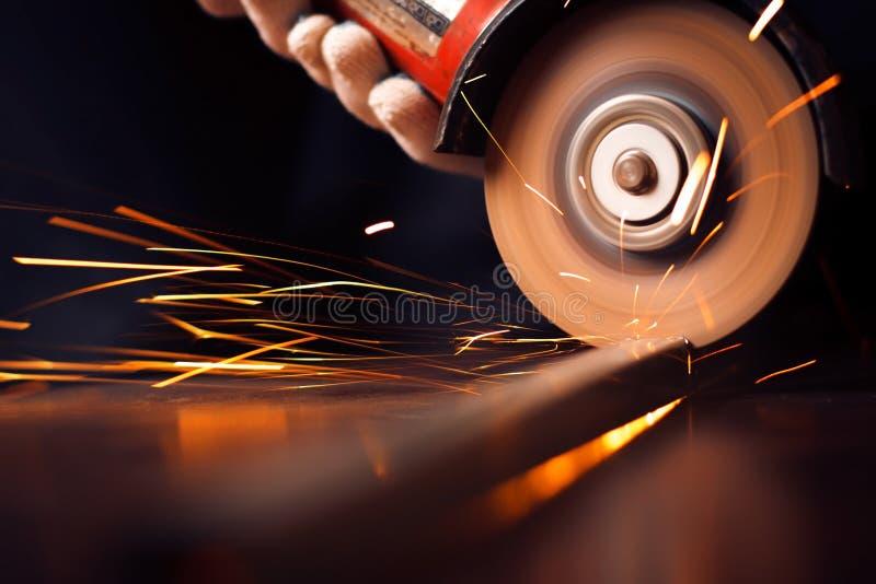 Chispas candentes en el material de acero de pulido fotos de archivo libres de regalías
