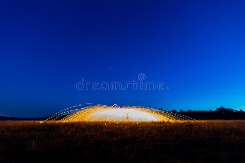 Chispas en noche foto de archivo libre de regalías