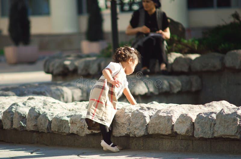 Chistoprudny boulevard i Moskva Lilla flickan som lutas in mot springbrunnen royaltyfria bilder