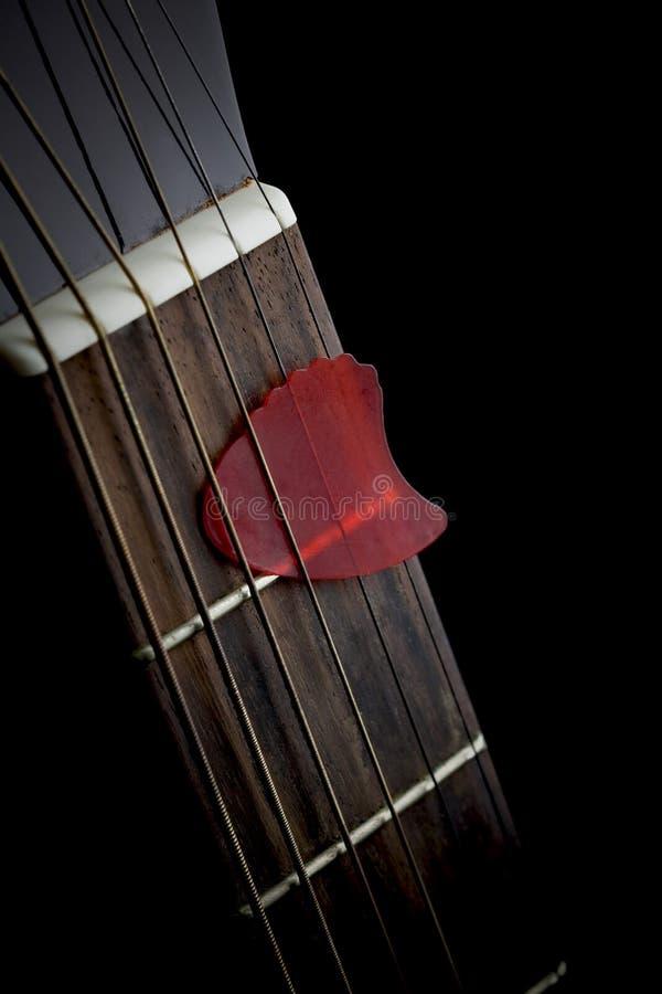 Chitarra acustica con il selezionamento fotografia stock