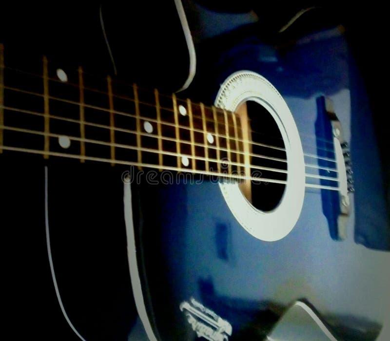 Chitarra blu immagine stock