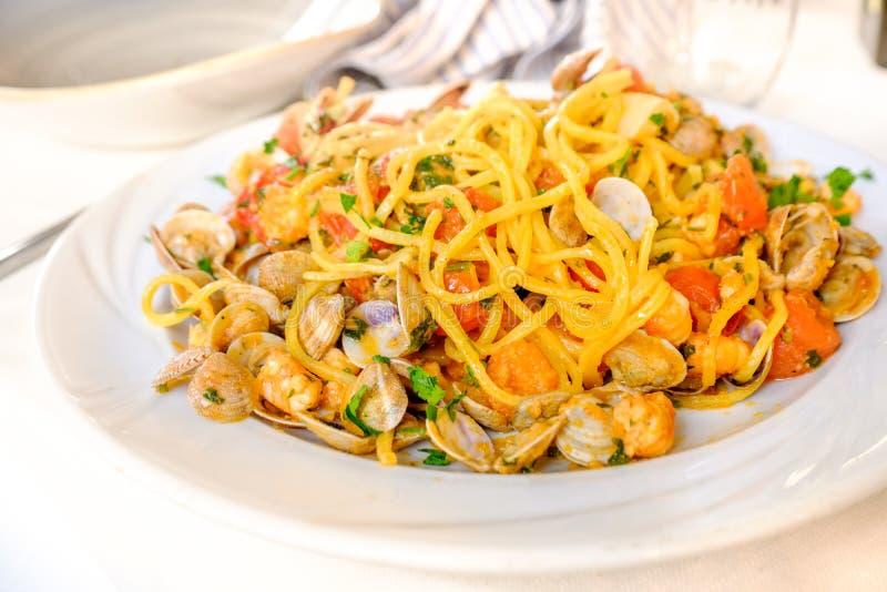 Chitarra del alla de los espaguetis o scoglio allo de los espaguetis con las almejas sh fotografía de archivo