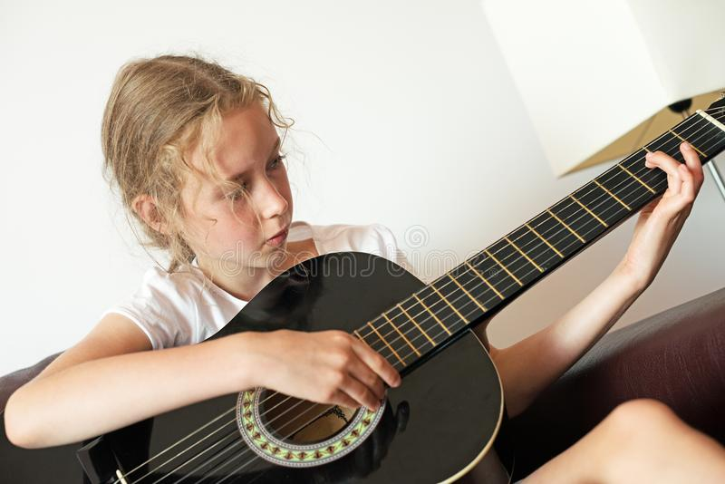 Chitarra del gioco della bambina fotografie stock libere da diritti