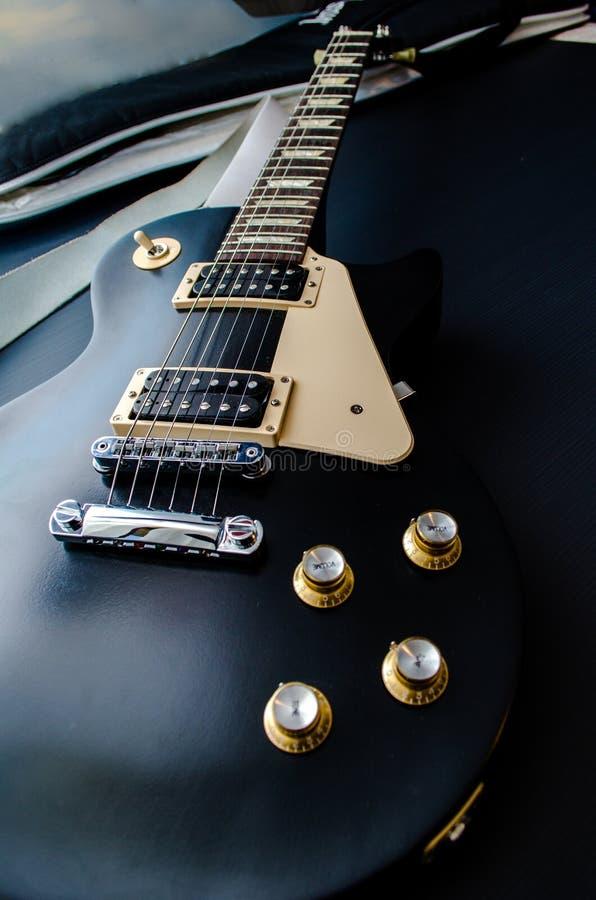 Chitarra del nero di Les Paul con la vista dorata della parte superiore dei nobs immagine stock libera da diritti