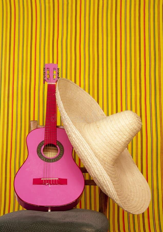 Chitarra di colore rosa del cappello messicano di Charro fotografia stock libera da diritti