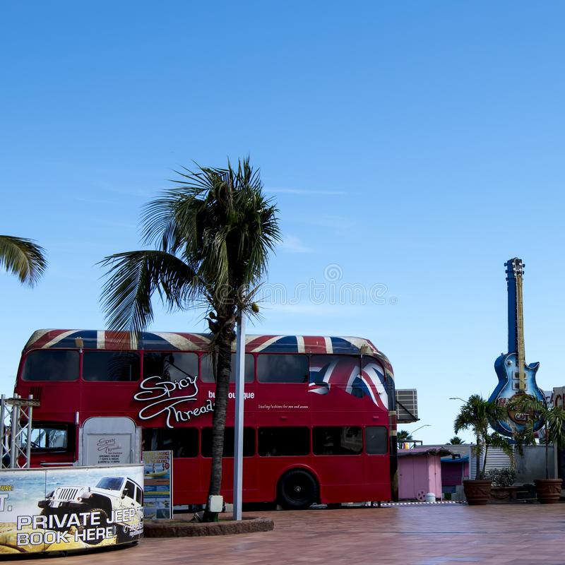 Chitarra di Hard Rock Cafe e bus del boutique, isola Aruba fotografia stock