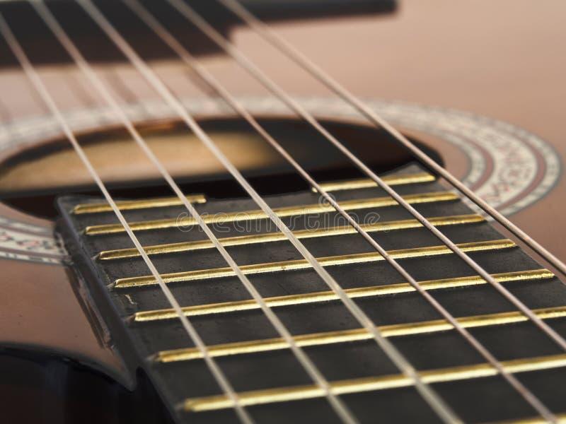 Chitarra di marrone del primo piano e cavi classici di legno della chitarra fotografia stock libera da diritti
