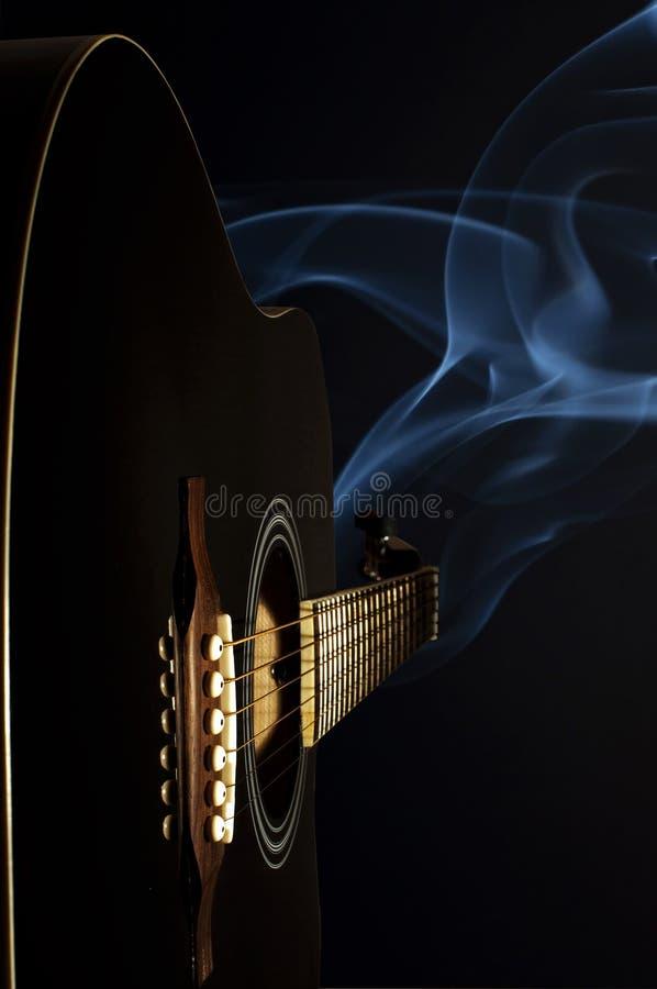 Chitarra e fumo immagini stock libere da diritti