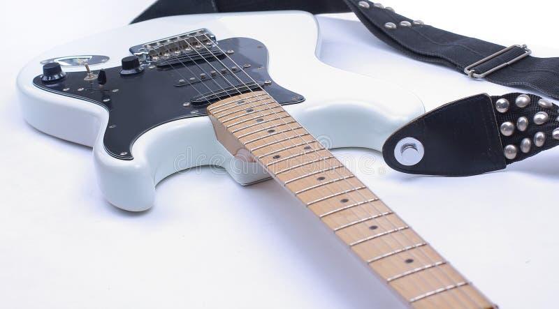 Chitarra elettrica in bianco e nero del primo piano Isolato su un BAC bianco fotografie stock libere da diritti