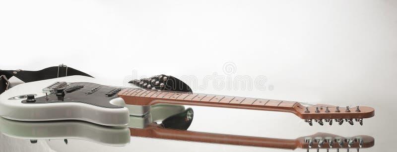 Chitarra elettrica in bianco e nero Su un bianco immagini stock