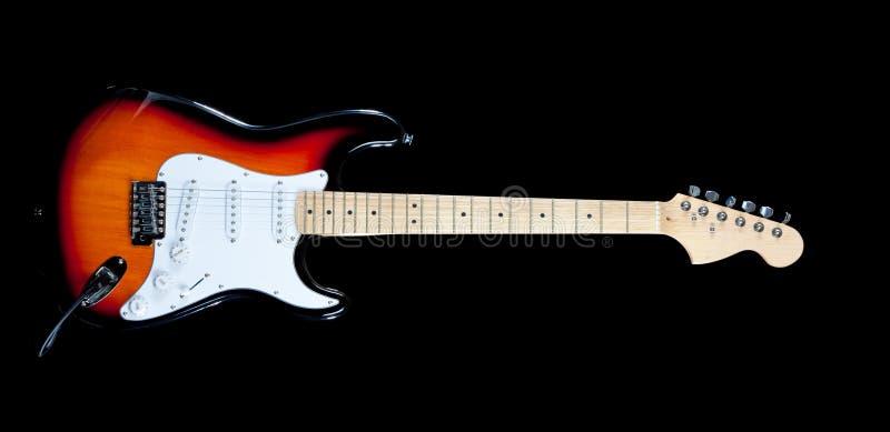 Chitarra elettrica su bianco immagine stock