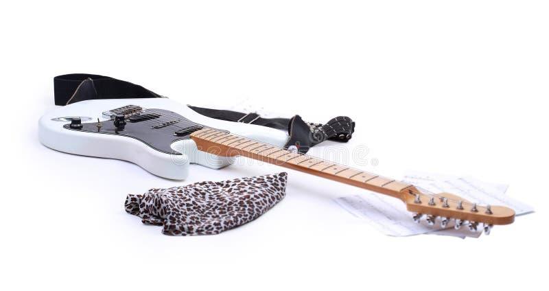 Chitarra elettrica su priorità bassa bianca chitarra elettrica bianca nero fotografie stock