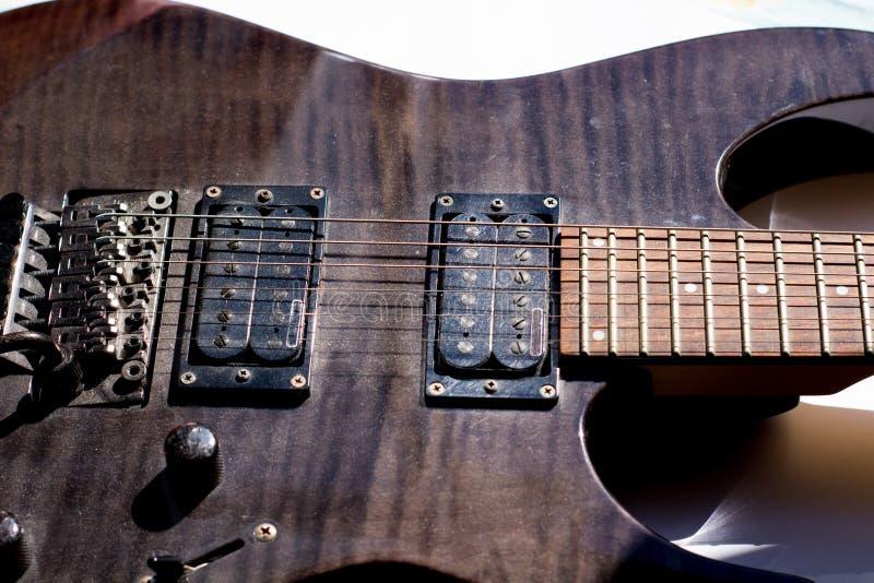 chitarra elettrica vicina su su un fondo bianco immagini stock