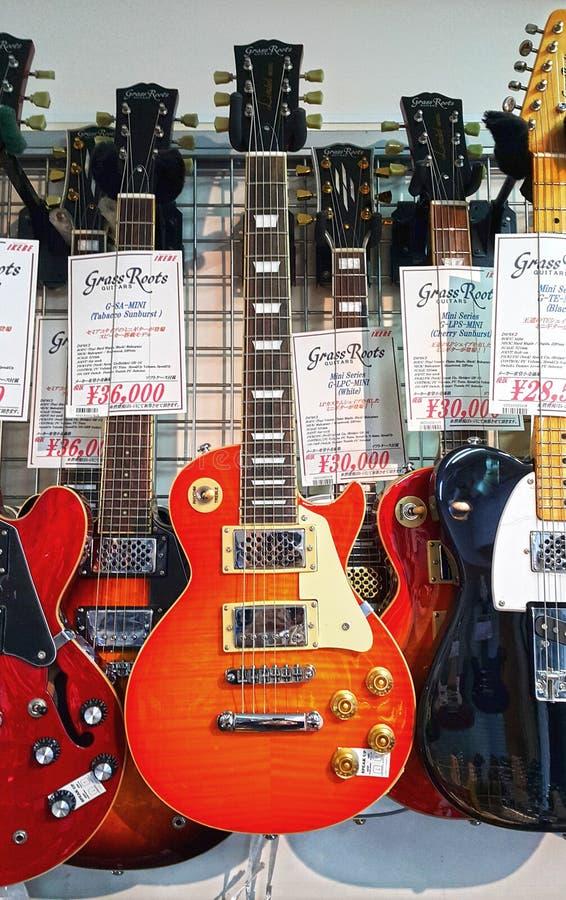 Chitarre da vendere alla chitarra Steet di Ochanomizu a Tokyo immagini stock