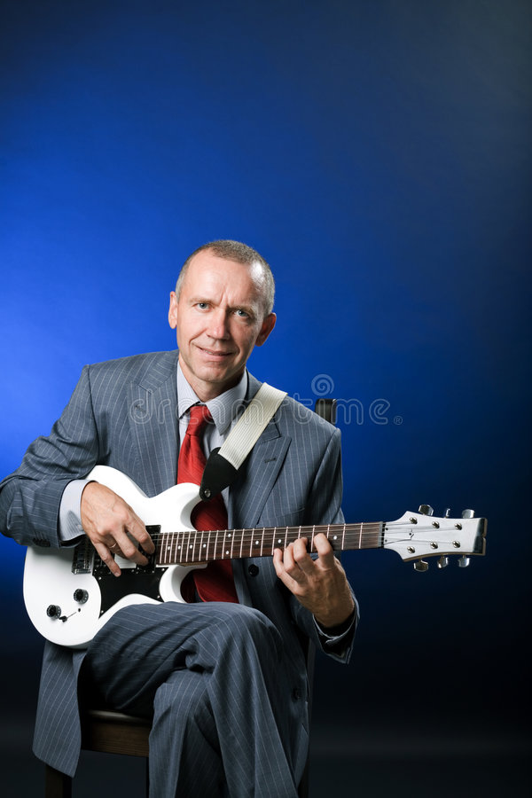 Download Chitarrista fotografia stock. Immagine di guitar, sorridere - 3137134