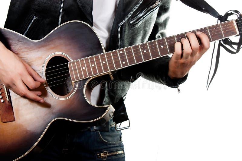 Chitarrista che gioca sulla chitarra acustica fotografia stock libera da diritti