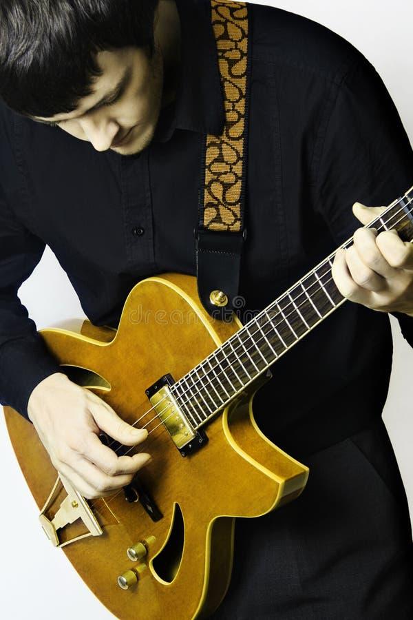Chitarrista dell'uomo con il gioco della chitarra elettrica. fotografia stock libera da diritti