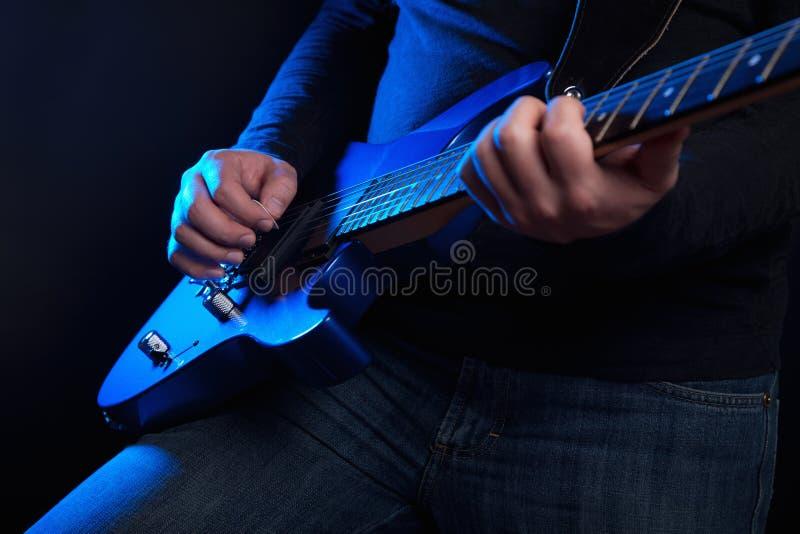 Chitarrista della roccia con la chitarra blu immagine stock libera da diritti