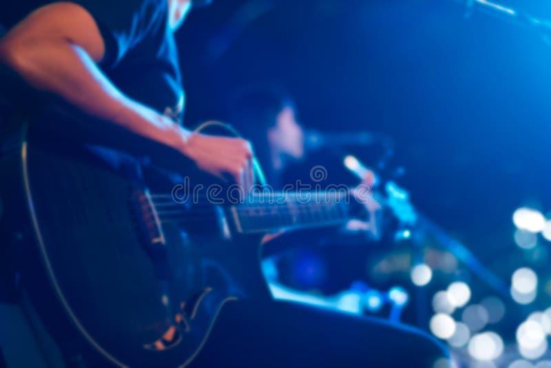 Chitarrista in scena per il concetto del fondo, di morbidezza e della sfuocatura immagine stock libera da diritti