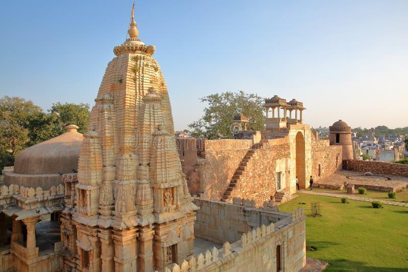 CHITTORGARH, РАДЖАСТХАН, ИНДИЯ - 12-ОЕ ДЕКАБРЯ 2017: Дворец Ratan Singh, расположенный внутри форта Garh Chittorgarh, с индусским стоковые фотографии rf