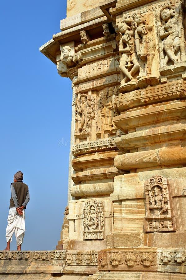 CHITTORGARH, РАДЖАСТХАН, ИНДИЯ - 14-ОЕ ДЕКАБРЯ 2017: Детали виска Adhbudhnath Shiva, расположенные внутри форта Garh крошкы стоковая фотография