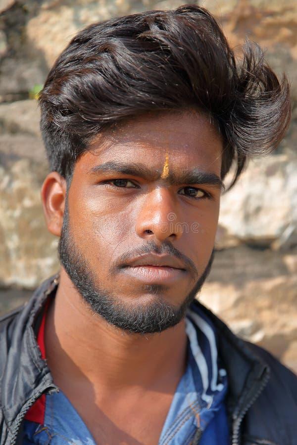 CHITTORGARH, РАДЖАСТХАН, ИНДИЯ - 13-ОЕ ДЕКАБРЯ 2017: Портрет молодого человека внутри форта Garh Chittorgarh стоковое изображение rf