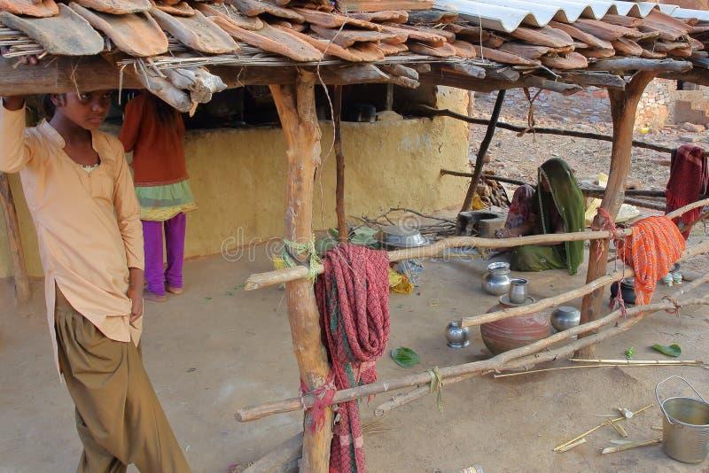 CHITTORGARH, РАДЖАСТХАН, ИНДИЯ - 13-ОЕ ДЕКАБРЯ 2017: Традиционная ферма в сельской местности Chittorgarh при женщина варя в th стоковое изображение