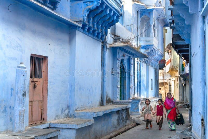 Chittorgarh/India-25 02 2019: De vrouwen met haar jonge geitjes gaat naar school royalty-vrije stock foto's