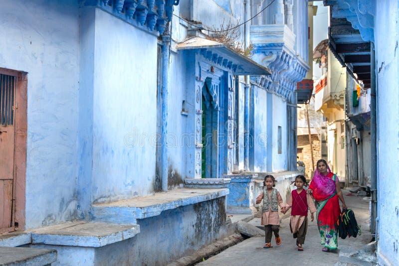 Chittorgarh/India-25 02 2019: De vrouwen met haar jonge geitjes gaat naar school royalty-vrije stock afbeeldingen