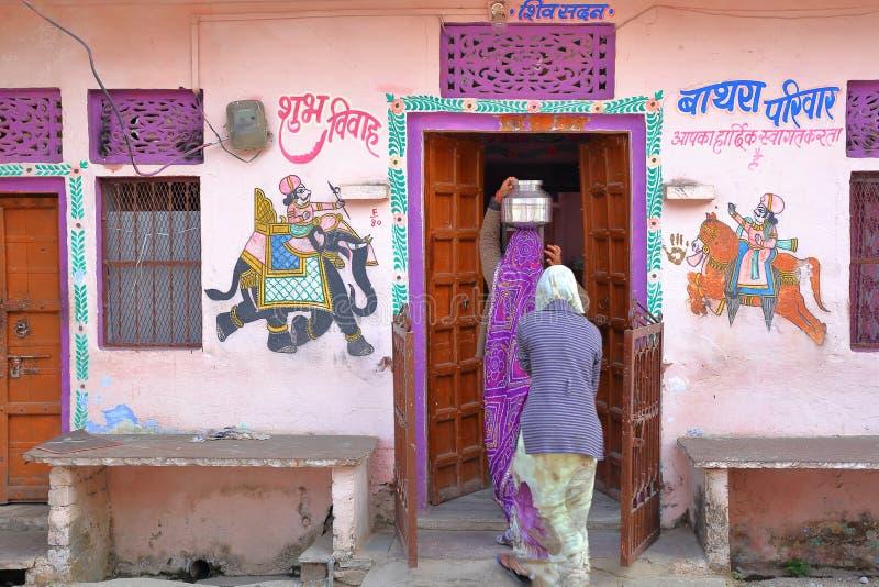 CHITTORGARH, RÀJASTHÀN, INDE - 14 DÉCEMBRE 2017 : Une maison traditionnelle colorée avec des peintures et un pot de transport de  image stock
