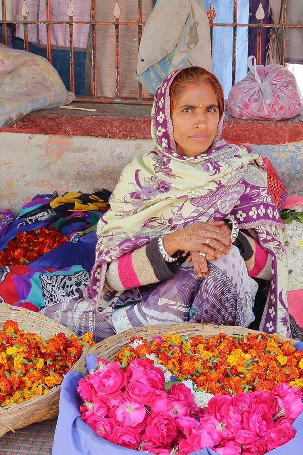 CHITTORGARH RAJASTHAN, INDIEN - DECEMBER 13, 2017: Stående av en kvinna som säljer blommor på den Chittorgarh marknaden fotografering för bildbyråer