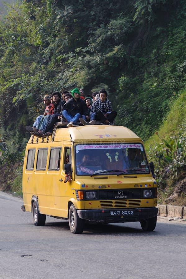 CHITWAN, NÉPAL - 26 OCTOBRE 2013 : Les gens voyagent en bus local, il sont normaux pour voir des personnes s'asseoir sur le toit  photos libres de droits