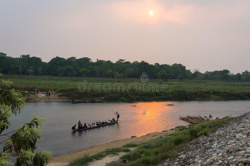 CHITWAN, NEPAL 26 DE MARÇO: Safari 26 do barco, 2015 em Chitwan, Nepal fotos de stock royalty free