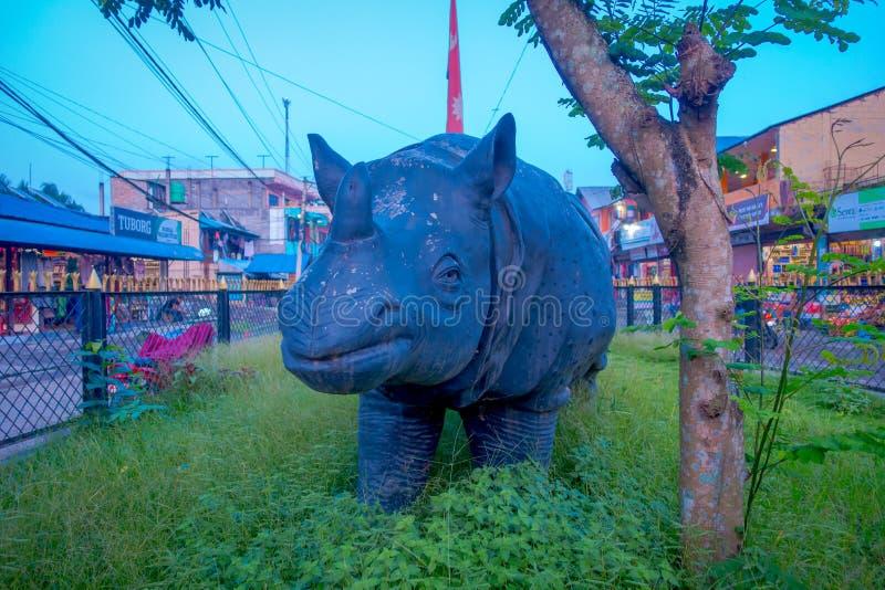 CHITWAN NEPAL - NOVEMBER 03, 2017: Stäng sig upp av noshörningsculputre i mitten av staden i en by nästan Chitwan royaltyfria foton