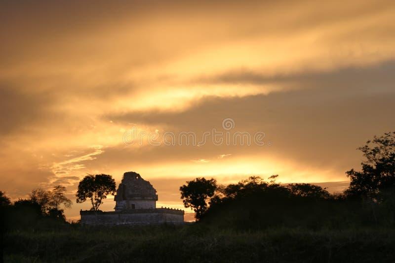 chitzen itsaen över solnedgång arkivbild