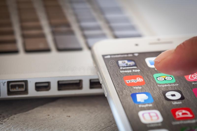 Chiuda fino a guaito app di apertura del dito sullo schermo di iPhone 7 fotografia stock