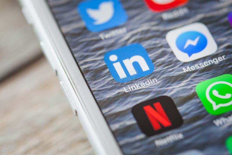 Chiuda fino a LinkedIn app sullo schermo di iPhone fotografia stock libera da diritti