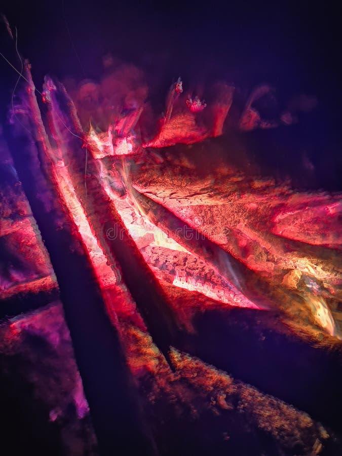 Chiuda la fiamma del fuoco di fuoco in marcia, movimento lento eccellente di legno bruciante Falò luminoso con le belle scintille immagine stock