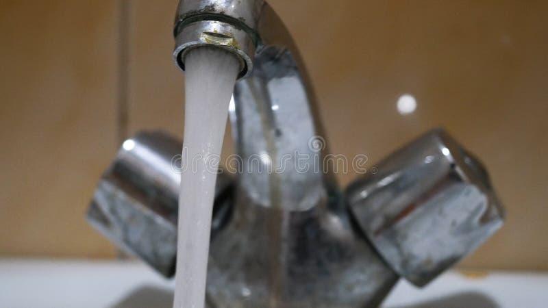 Chiuda rubinetto e goccia di acqua di lerciume e su vecchi Primo piano di vecchio rubinetto arrugginito da cui scorrimenti dell'a fotografie stock libere da diritti