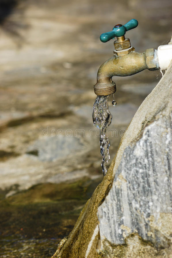 Chiuda su acqua di rubinetto fotografia stock
