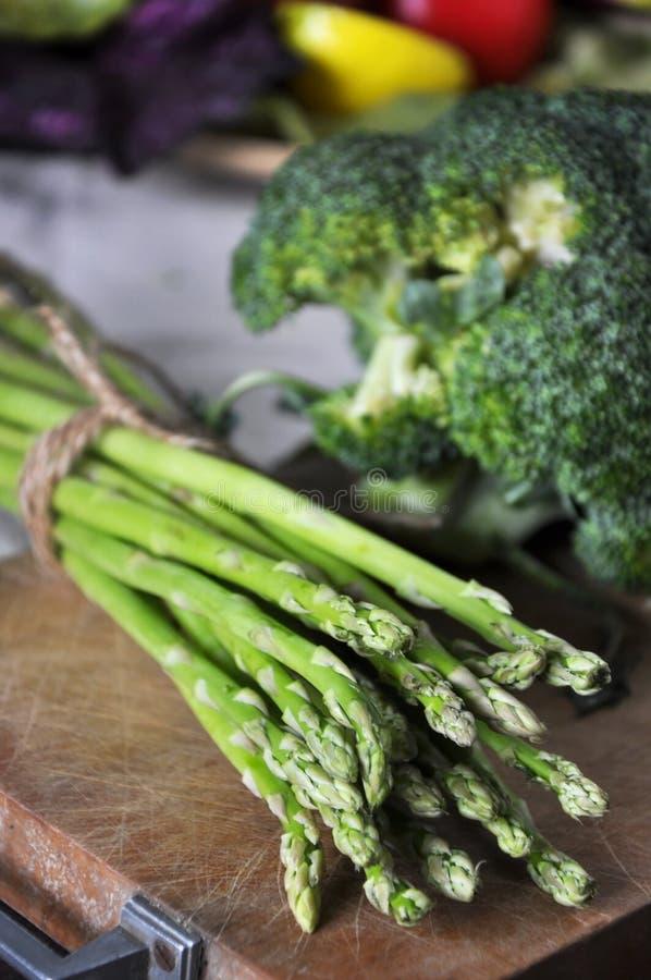 Chiuda su asparago fresco sul bordo di legno fotografia stock