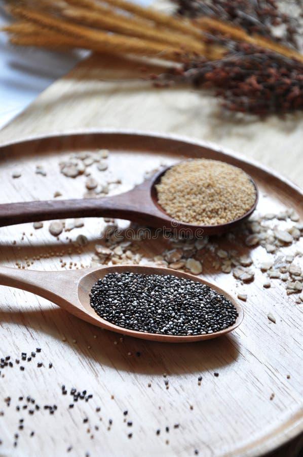 Chiuda su Chia Seed in cucchiaio di legno fotografie stock libere da diritti