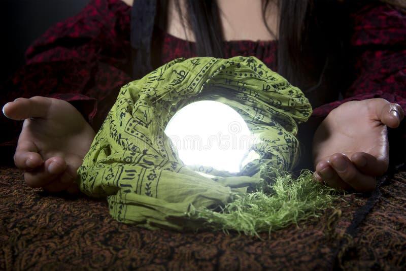 Chiuda su degli indovini Crystal Ball fotografie stock