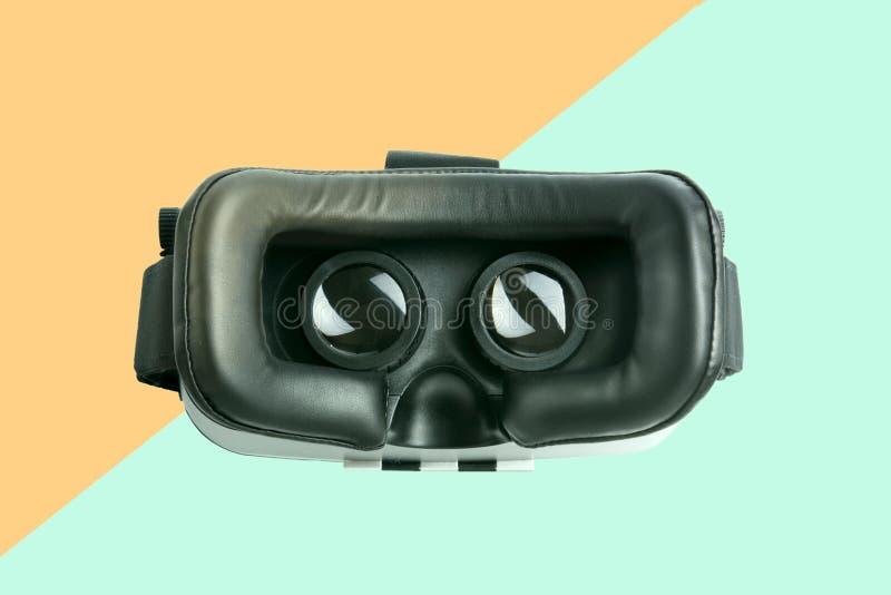 Chiuda su degli occhiali di protezione di realtà virtuale, colori del fondo fotografia stock