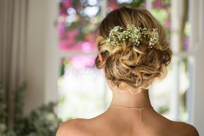 Chiuda su dei capelli della sposa immagine stock