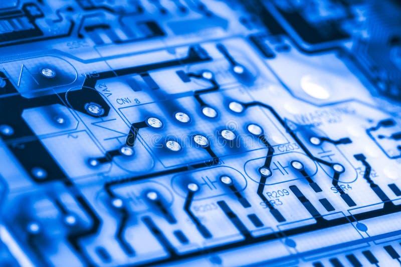 Chiuda su dei circuiti elettronici sul bordo di logica del fondo del computer della tecnologia di mainboard, la scheda madre del  fotografie stock libere da diritti