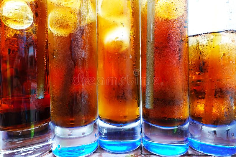 Chiuda su dei cocktail freddi con cola e whiskey o vodka, bevande alcoliche per i partiti dell'estate fotografia stock