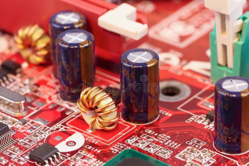 Chiuda in su dei componenti elettronici sul circuito immagini stock libere da diritti